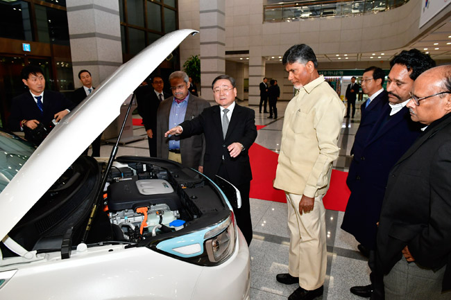 Mr. Hyoung Keun-Lee, Vice President of Kia Motors showing their electric vehicle to Hon'ble Chief Minister